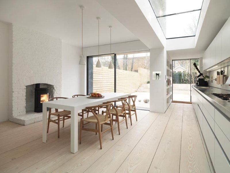 نافذة في سقف غرفة تناول الطعام في المطبخ في منزل خاص