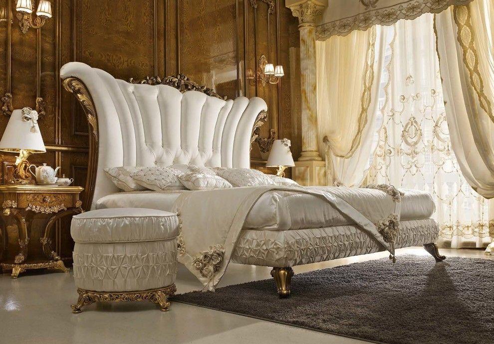 Beau lit dans une chambre de style baroque