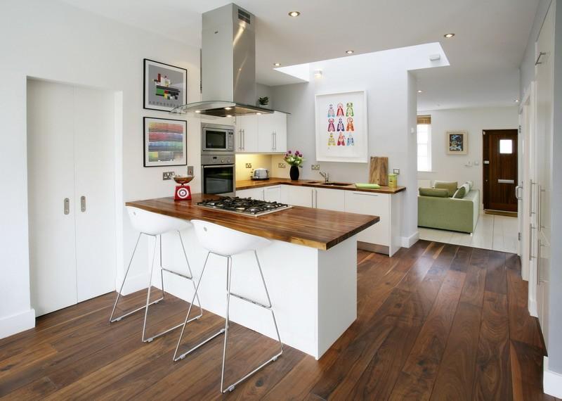 منطقة عمل على شكل حرف U في غرفة المعيشة في المطبخ
