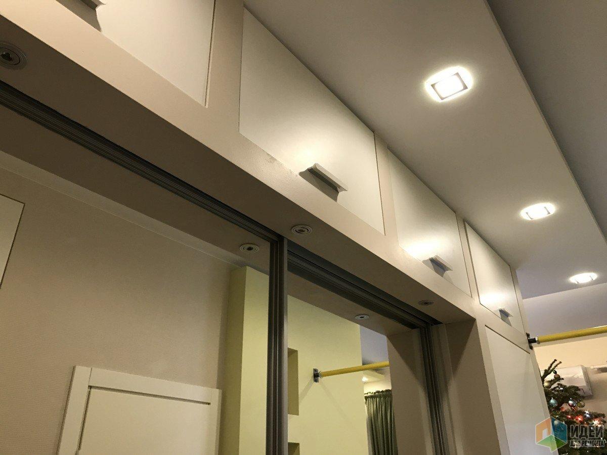 étagères dans le couloir