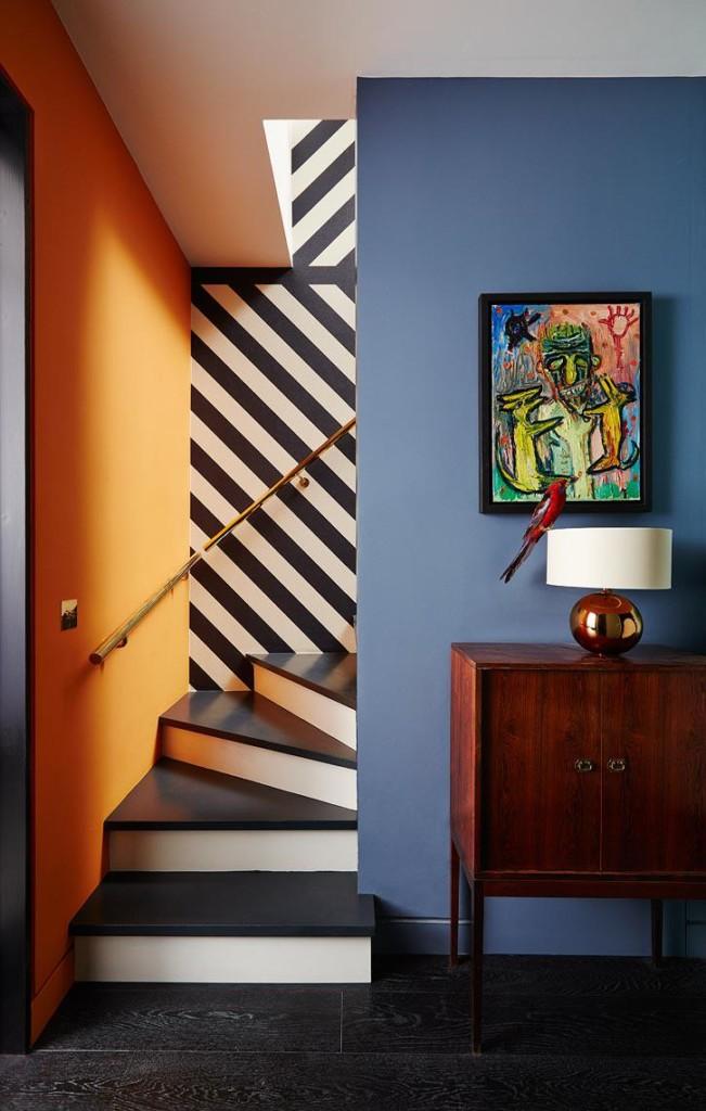 Murs rayés dans le couloir avec des escaliers.