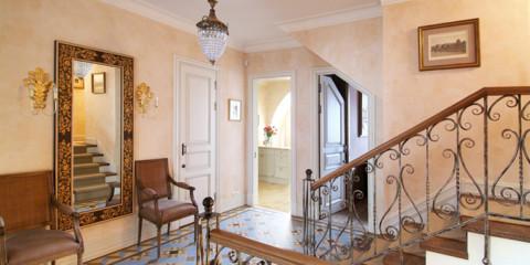 lustre de plafond dans la conception de photo de couloir
