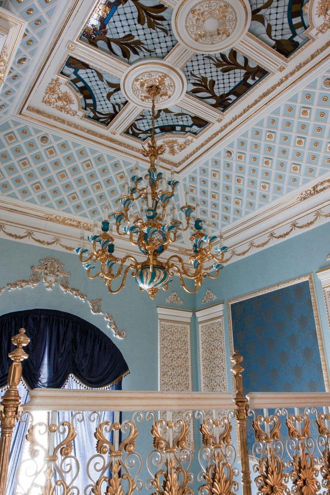 Peintures murales au plafond d'une chambre baroque