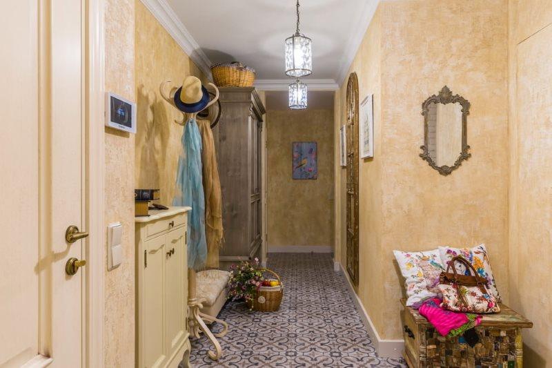 Couloir d'un appartement de ville de style provençal