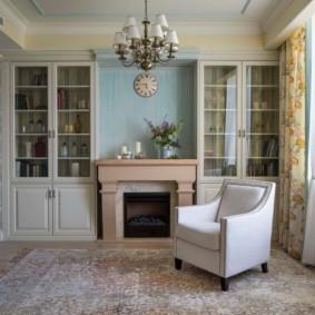 Cheminée de style provençal à l'intérieur du salon