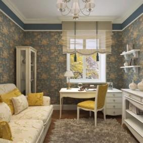 Intérieur du salon avec du papier peint sur le mur