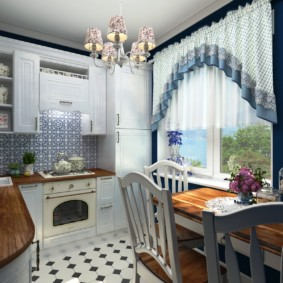 Rideaux courts sur la fenêtre de la cuisine