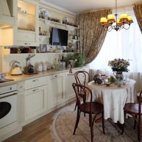 Rideaux colorés sur la fenêtre de la cuisine dans le style de la Provence