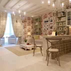 Rideaux colorés dans un appartement de style rustique