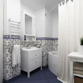 Rideau lumineux de style provençal dans la salle de bain