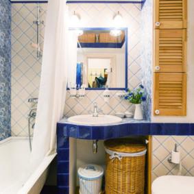 Panier en osier sous le lavabo de la salle de bain