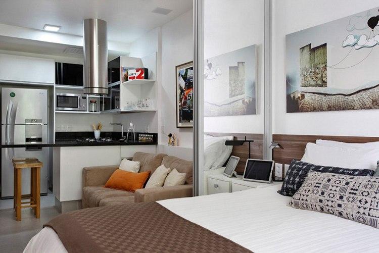 Grand lit dans un studio avec cloison coulissante