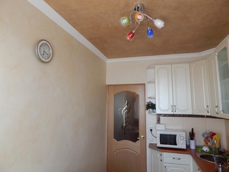 Lampe avec abat-jour multicolores au plafond de la cuisine