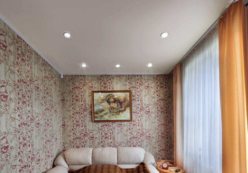 Projecteurs sur le plafond blanc