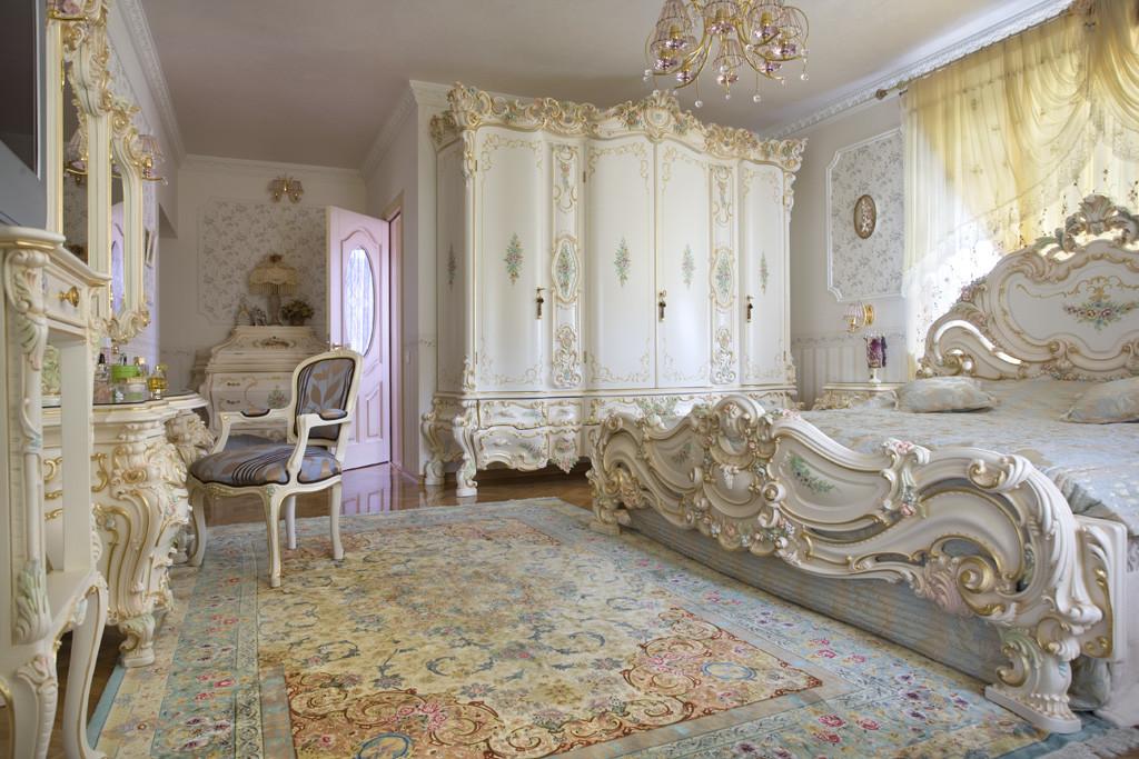 Armoire à sculpture dans une spacieuse chambre baroque