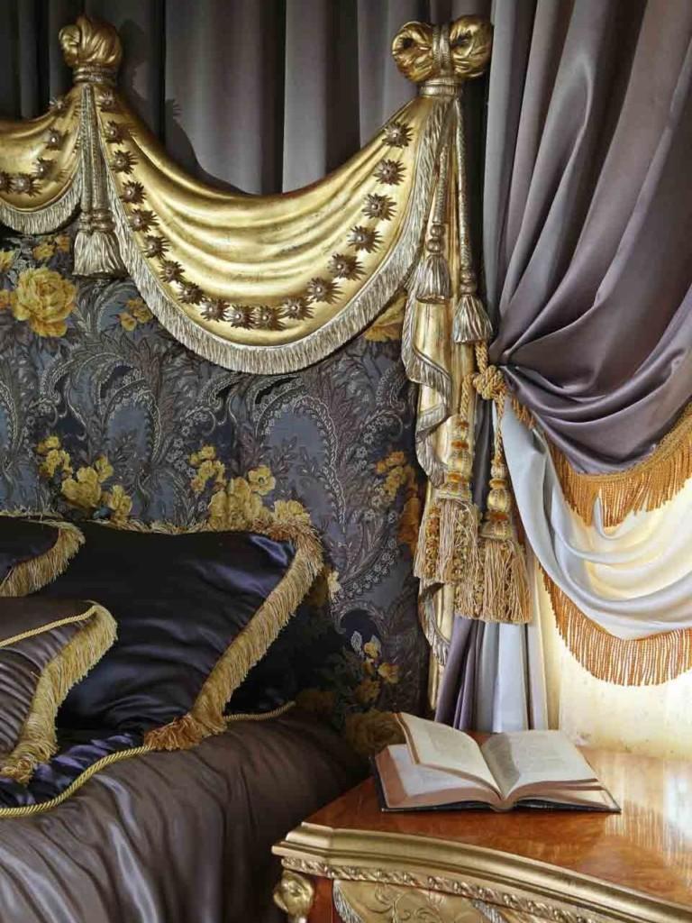 Frange dorée sur le rideau avec ramassage