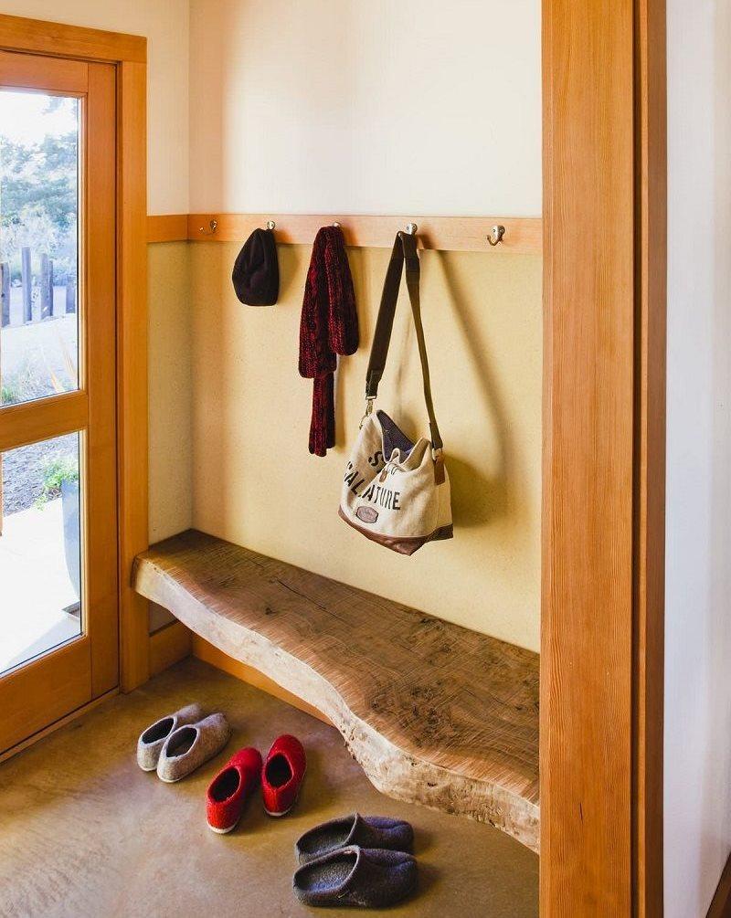 Banc en bois dans un petit couloir d'une maison privée