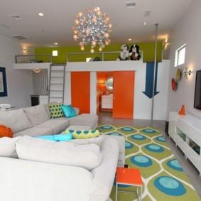 combinaison d'un salon et d'une photo pour enfants d'un intérieur
