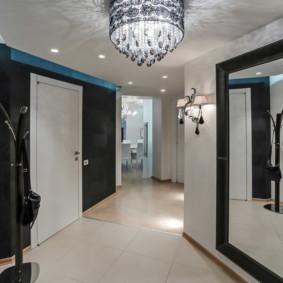 hall d'entrée dans un appartement dans une maison à panneaux avec miroir