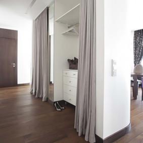 hall d'entrée élégant dans un appartement dans une maison à panneaux