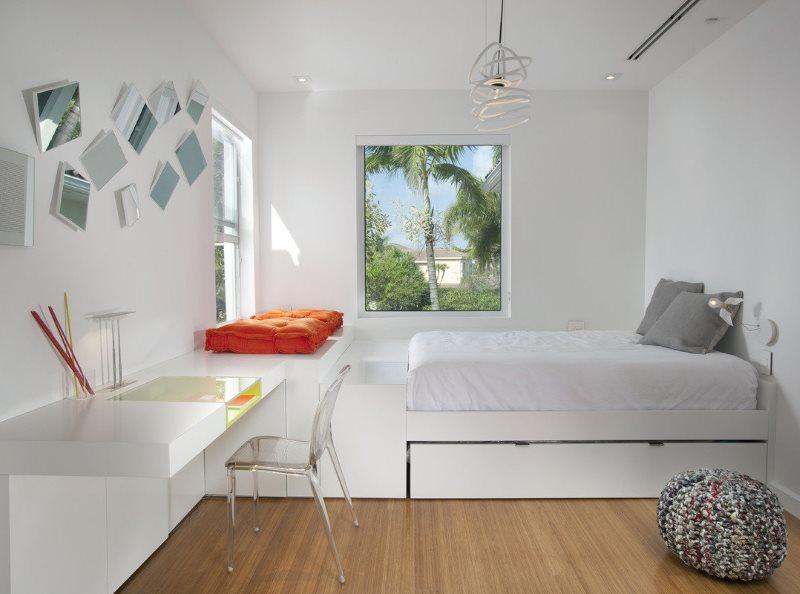Chambre blanche pour une fille dans le style du minimalisme