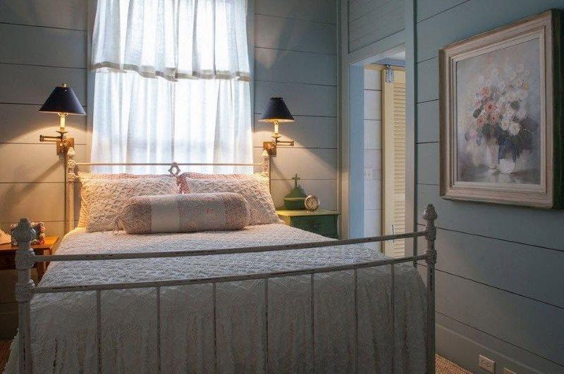 Lit double dans une petite chambre de style champêtre