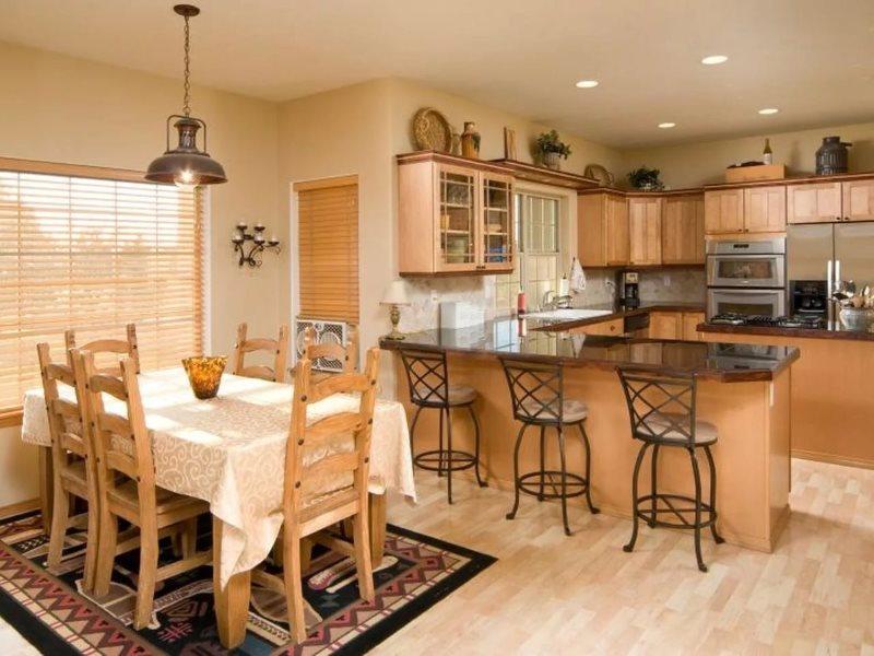 مفرش المائدة على الطاولة في غرفة تناول الطعام في المطبخ في منزل ريفي