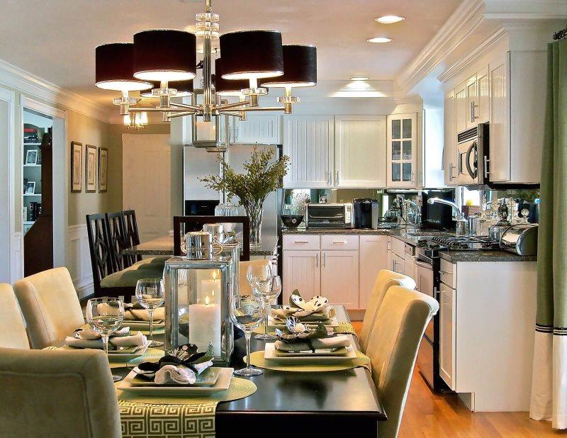 أضواء الثريا السوداء فوق طاولة الطعام