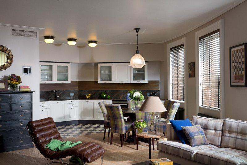 ثلاثة مصابيح على السقف الأبيض لغرفة المعيشة في المطبخ