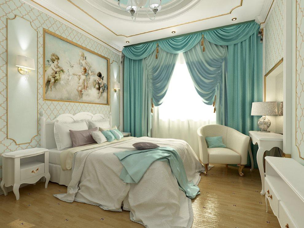 Rideaux turquoise avec un lambrequin sur la fenêtre de la chambre