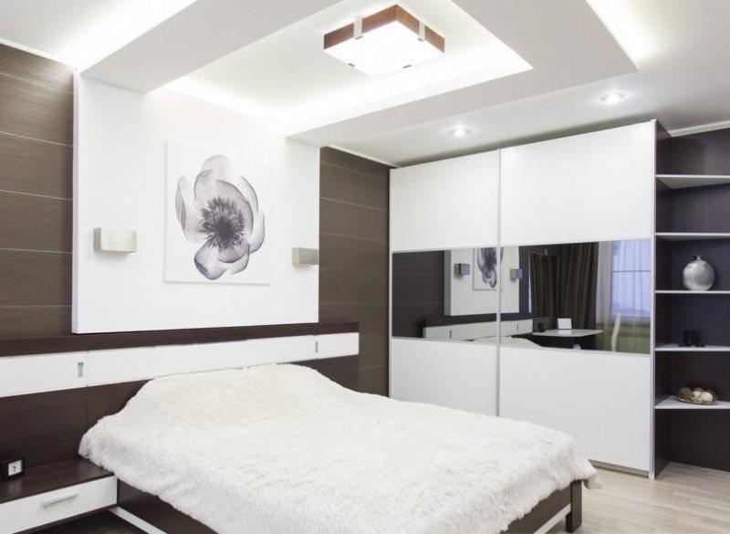 Plafond à deux niveaux dans une chambre high-tech
