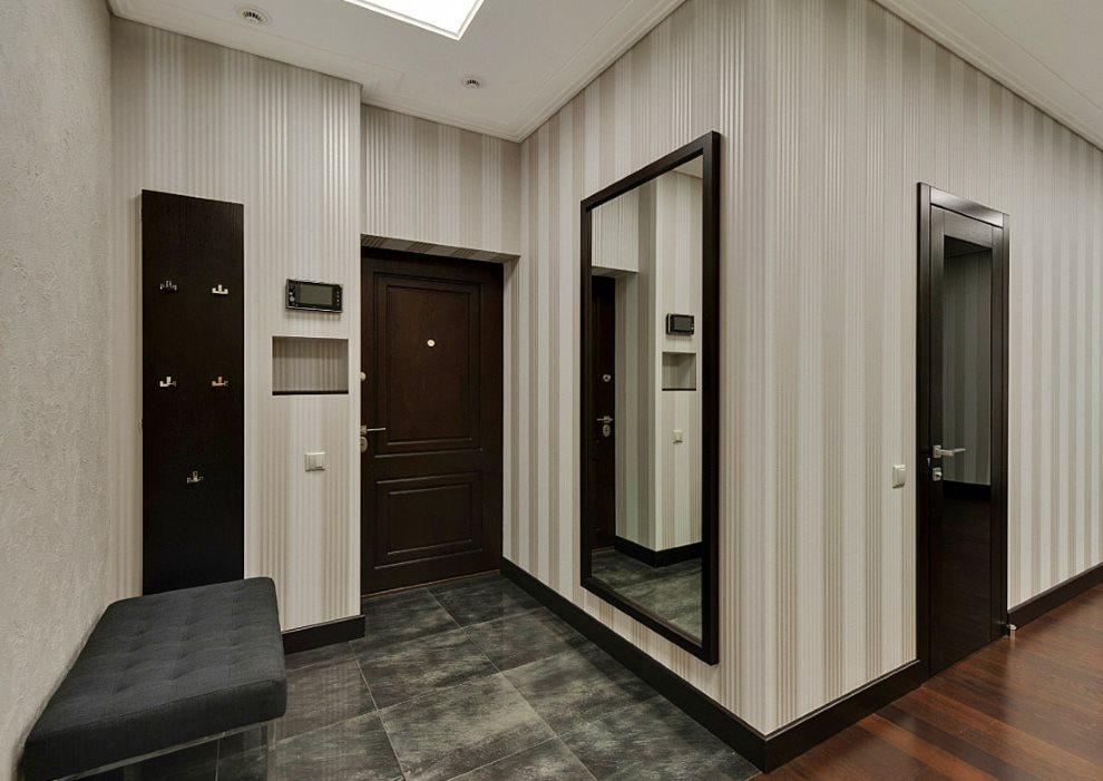 Hall d'entrée d'un appartement en ville avec une porte sombre