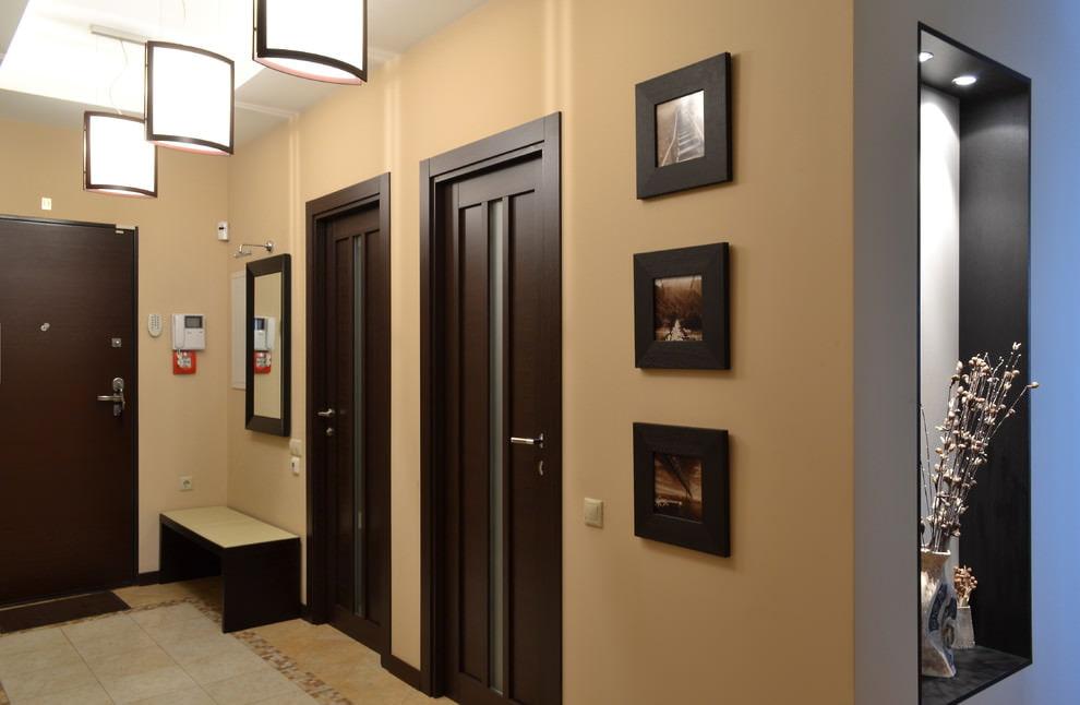 Portes brun foncé dans un hall d'entrée spacieux