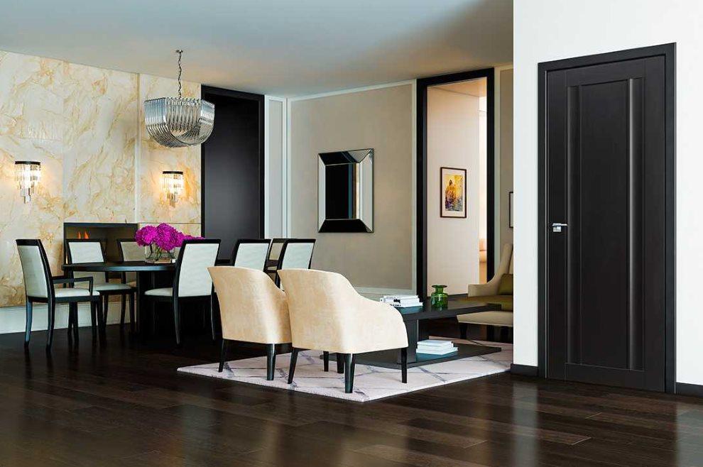 Plancher sombre dans un salon de style moderne