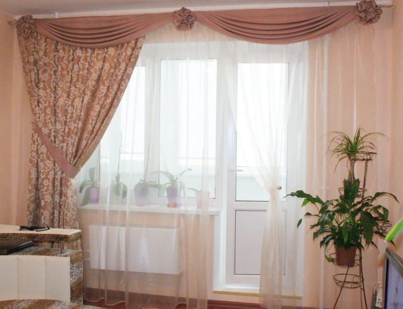 Décoration de fenêtre dans un petit salon
