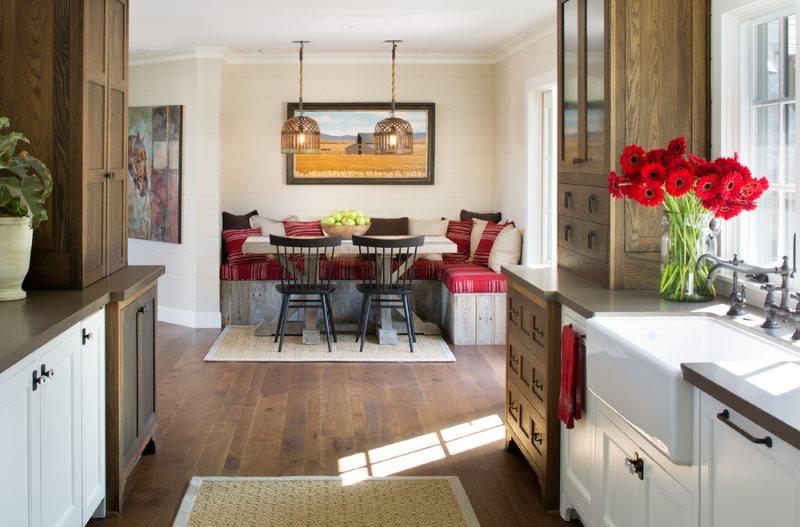 منطقة لتناول الطعام مع أريكة في مطبخ منزل خاص