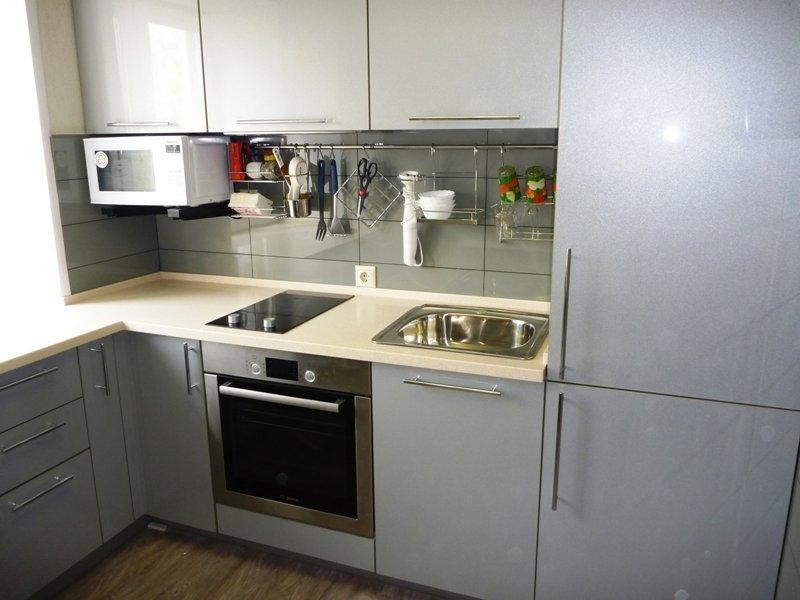 Plaque de cuisson étroite au lieu du poêle habituel dans la cuisine à Khrouchtchev