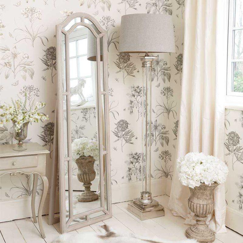 Miroir au sol étroit dans une chambre d'appartement de style provençal