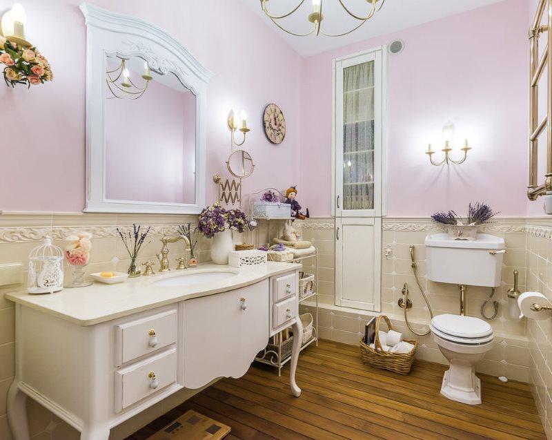 Intérieur d'une salle de bain spacieuse de style provençal