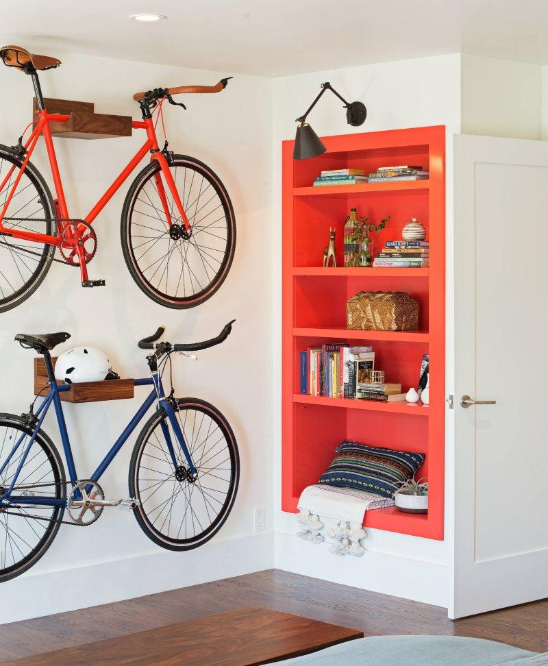 Stockage de vélos dans le couloir d'une maison de campagne