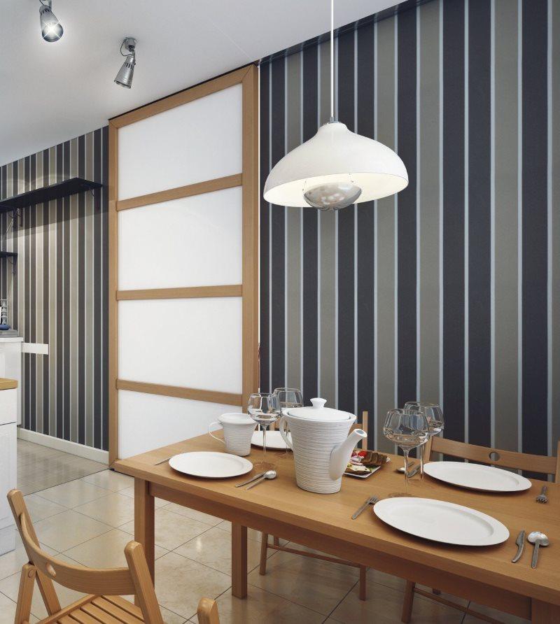 Papier peint à rayures dans la cuisine d'une maison à panneaux