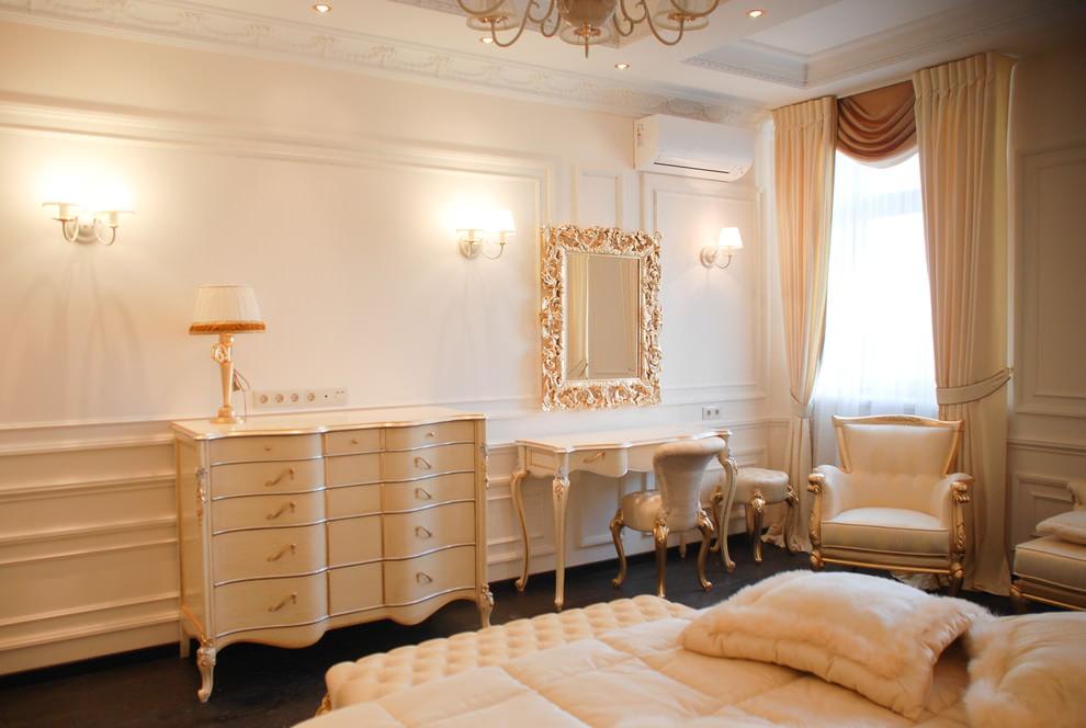 Mobilier en bois doré pour une chambre baroque