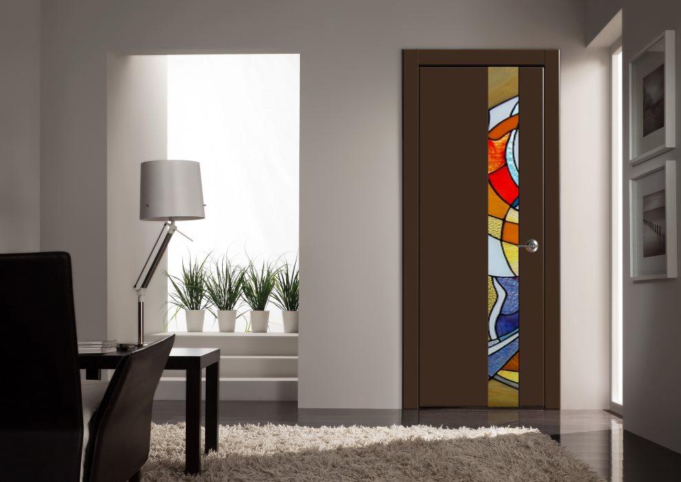 Porte sombre dans un salon de style moderne