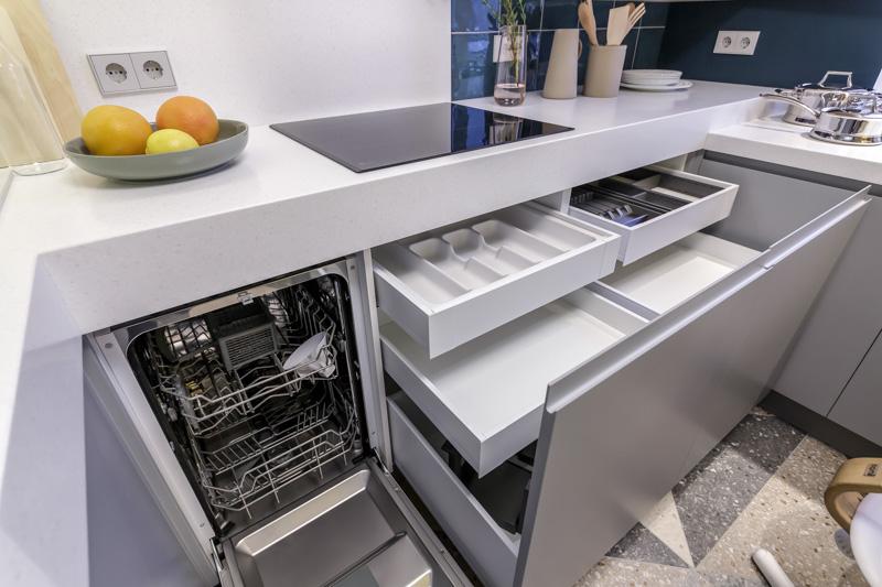 Tiroirs dans l'armoire inférieure de l'ensemble de cuisine