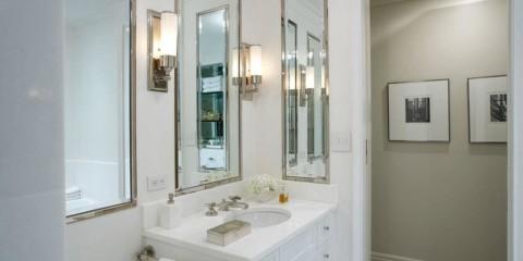 hauteur du miroir au-dessus du lavabo à l'intérieur de la salle de bain