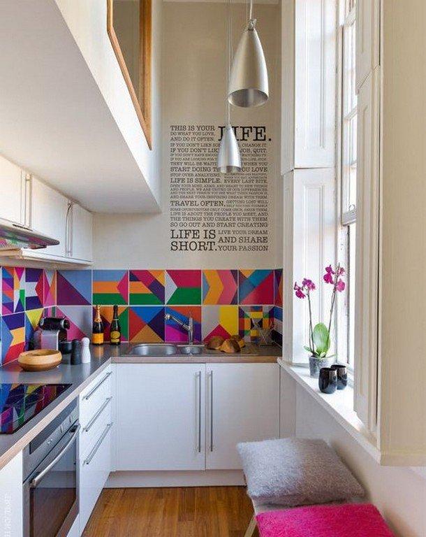 Tablier panaché dans une petite cuisine