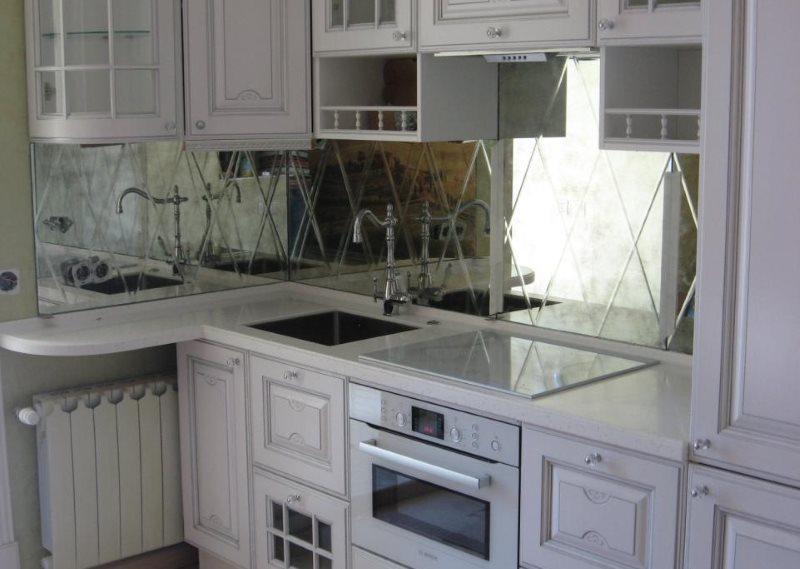 Carreaux de miroir dans une petite cuisine
