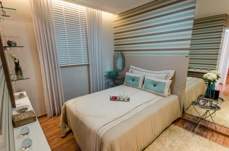 Papier peint à rayures dans la chambre mesurant 3 par 3 mètres