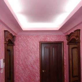 papier peint liquide rose dans le couloir