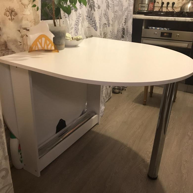 table en acrylique au mur